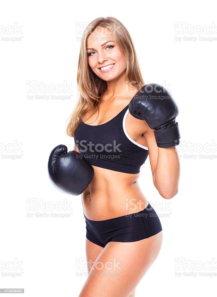 Jovem mulher atlética em luvas de boxe em um branco - foto de acervo