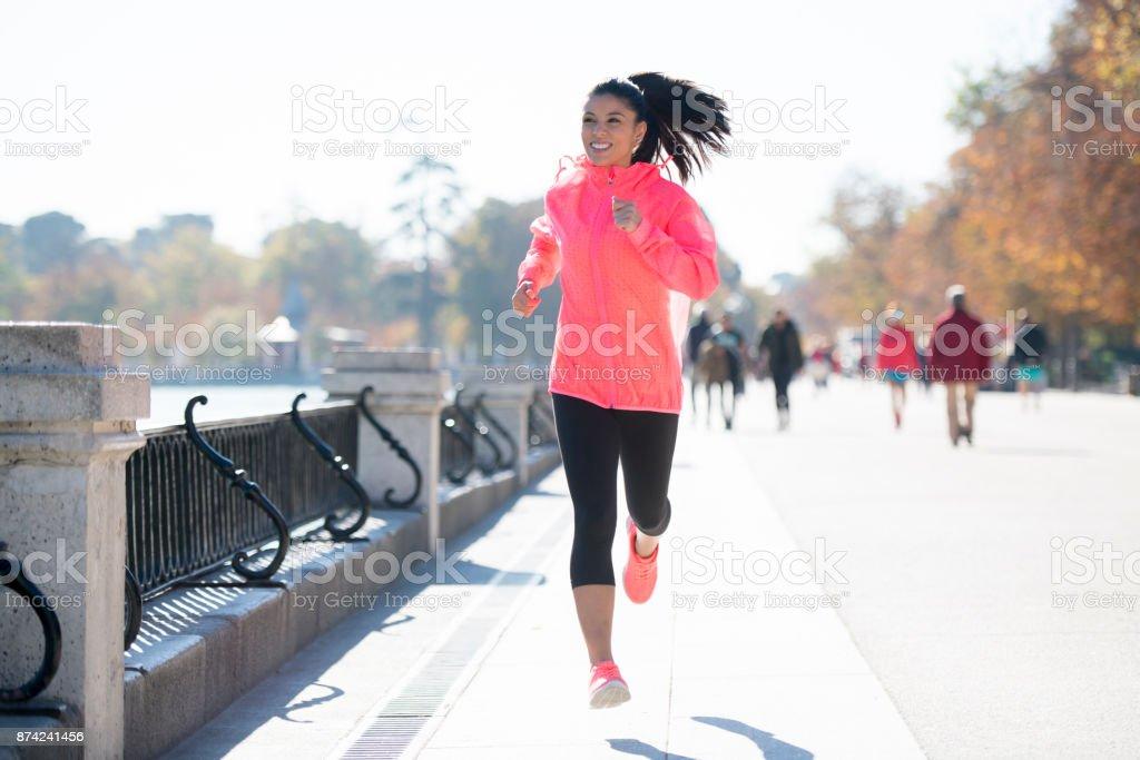 junge attraktive und glücklich Läufer Frau im Herbst oder Winter Sportbekleidung laufen und Joggen im freien training – Foto