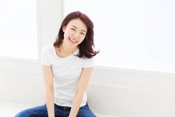 若い魅力的なアジア女性 - シンプルな暮らし ストックフォトと画像