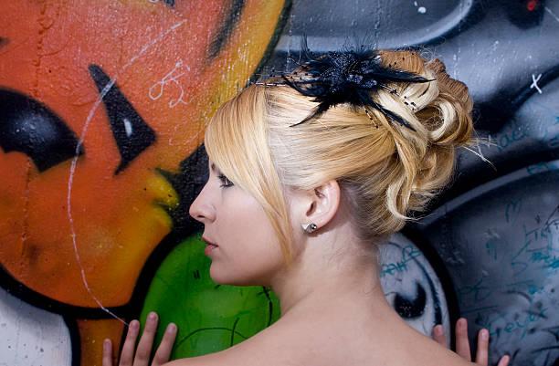 jungen attraktiven blonden frau mit einer hochzeit hairdress - heiratssprüche stock-fotos und bilder