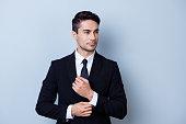 若い魅力的なブルネテ実業家銀行は純粋な光を背景に立っています。彼は素晴らしいですね。とても厳しいと自信を持って