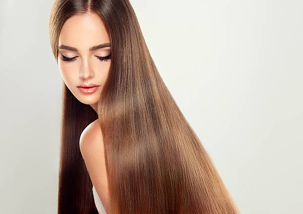 young attractive brunette model with shiny, long, straight, brown hair. - glad stockfoto's en -beelden