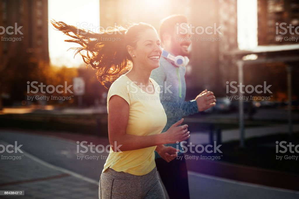 Junges attraktives Paar an sonnigen Tag draußen laufen – Foto