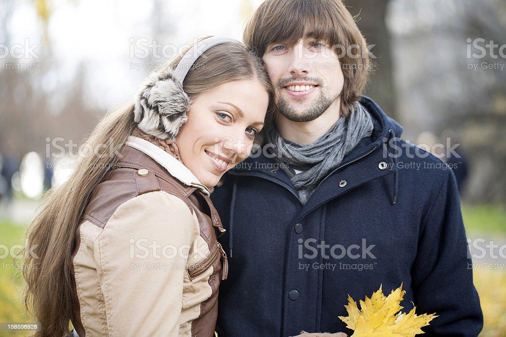 젊은 매력적인 커플입니다 함께 야외 royalty-free 스톡 사진