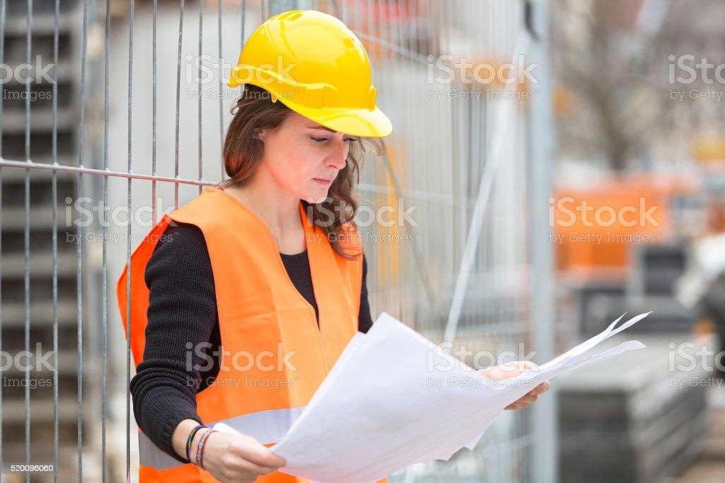 Junge attraktive weibliche Architekt. Im Freien – Foto