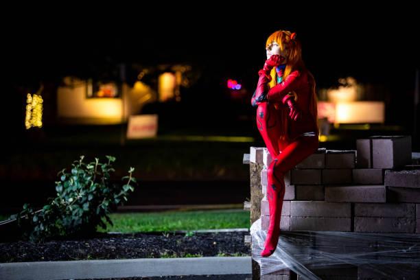夜若い魅力的な女の子がドレスアップ - コスプレ ストックフォトと画像