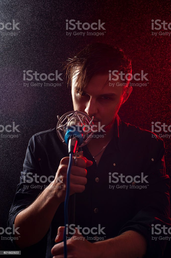 Young attractive rock performer singing on stage foto stock royalty-free