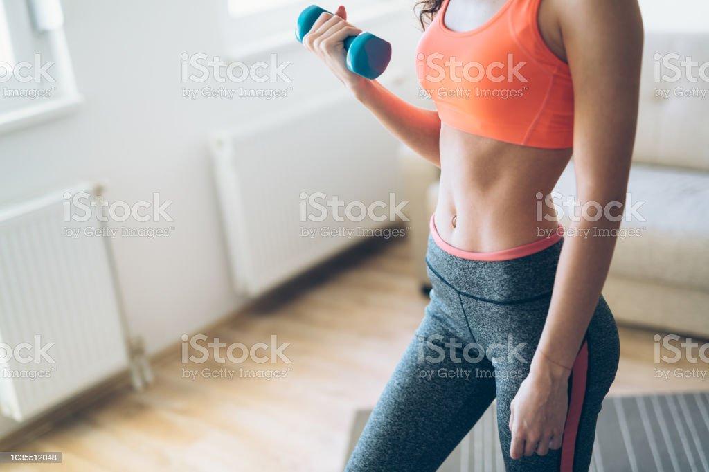 Junge attraktive Sportlerin, die Übungen zu Hause – Foto