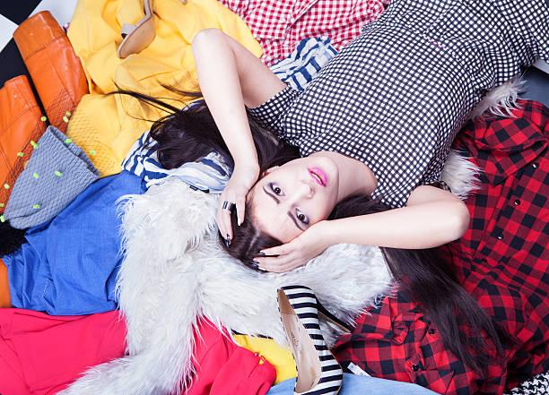 jovem atraente mulher estressada deitando - pilha arranjo - fotografias e filmes do acervo