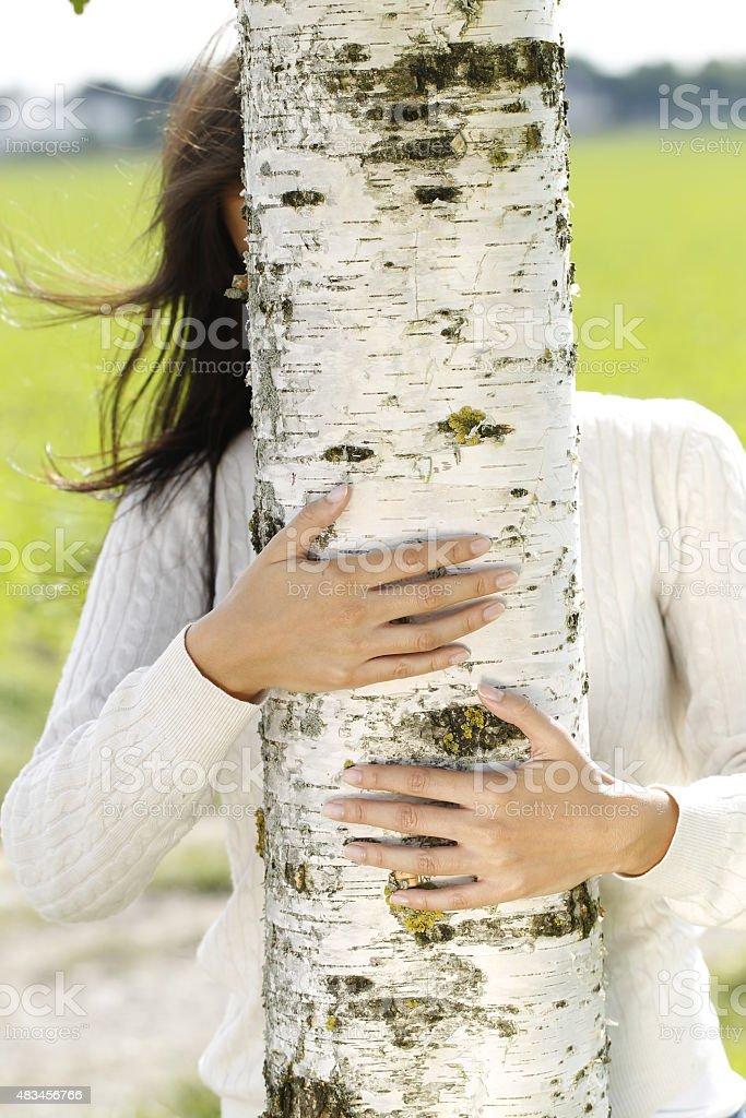Jovem atraente mulher perto de um Vidoeiro - fotografia de stock