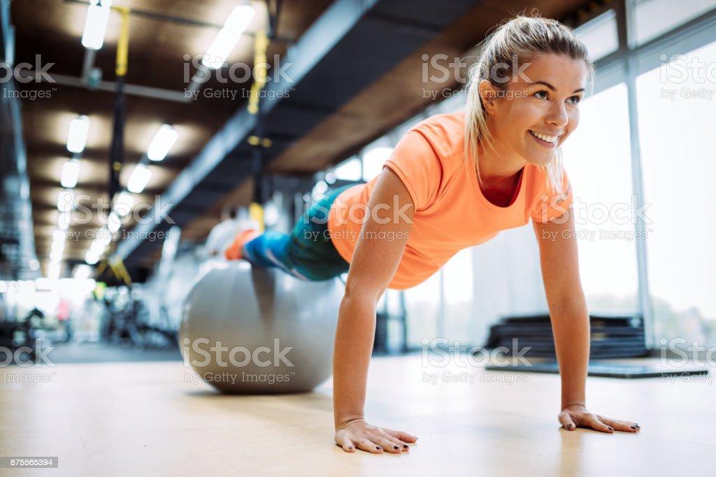 Junge attraktive Frau tun Push Ups mit Ball - Lizenzfrei Aerobic Stock-Foto
