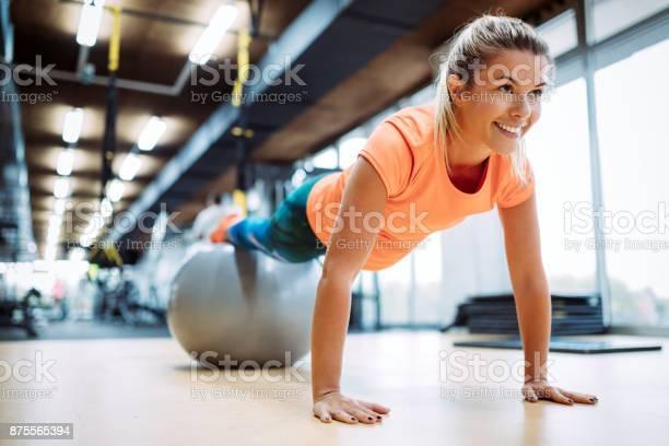Junge Attraktive Frau Tun Push Ups Mit Ball Stockfoto und mehr Bilder von Aerobic