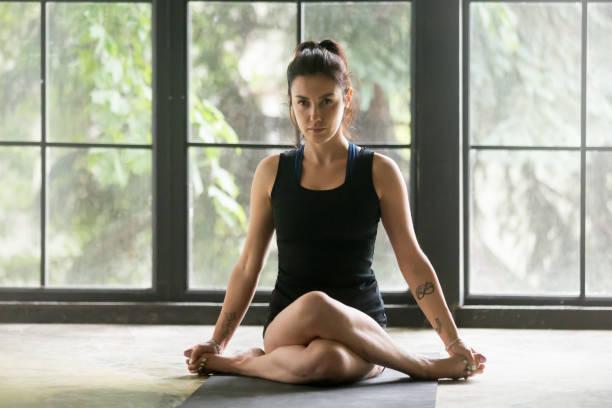junge attraktive frau in kuh gesicht darstellen, fensterhintergrund - yin yoga stock-fotos und bilder