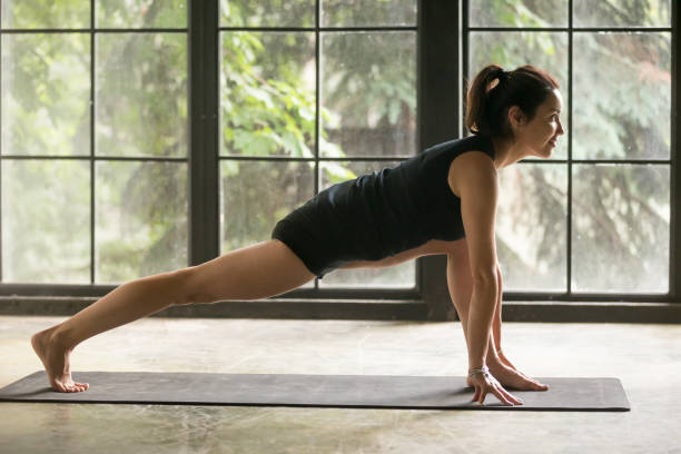 junge attraktive frau in eidechse darstellen, studio-hintergrund - yin yoga stock-fotos und bilder