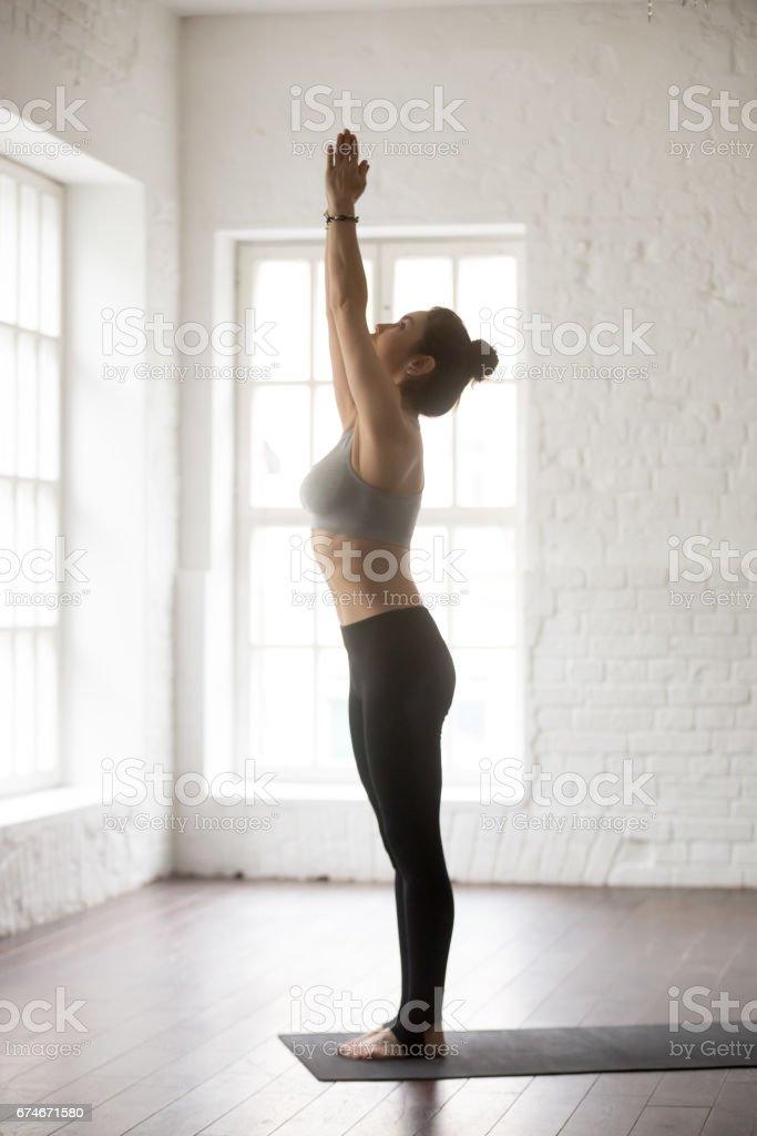 Junge attraktive Frau in Tadasana posiert, weißes Loft-Studio backg - Lizenzfrei Abnehmen Stock-Foto