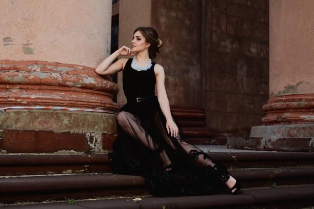 junge attraktive frau trägt ein transparentes schwarzes kleid. junge frau moderne porträt. - hochzeitskleid in schwarz stock-fotos und bilder