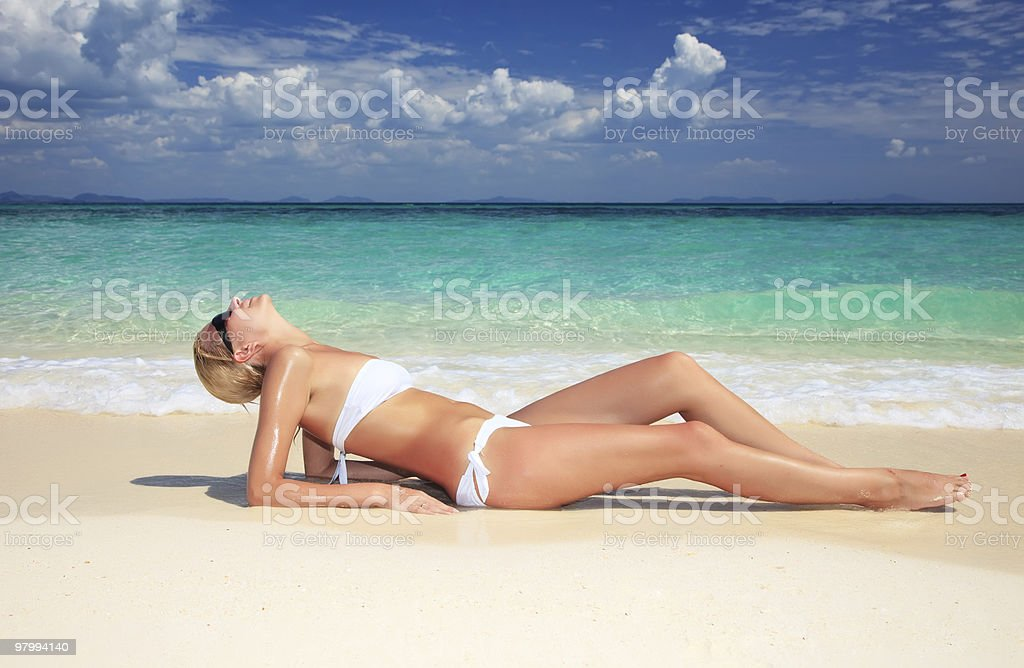 Young attractive woman relaxing on the beach. royalty free stockfoto