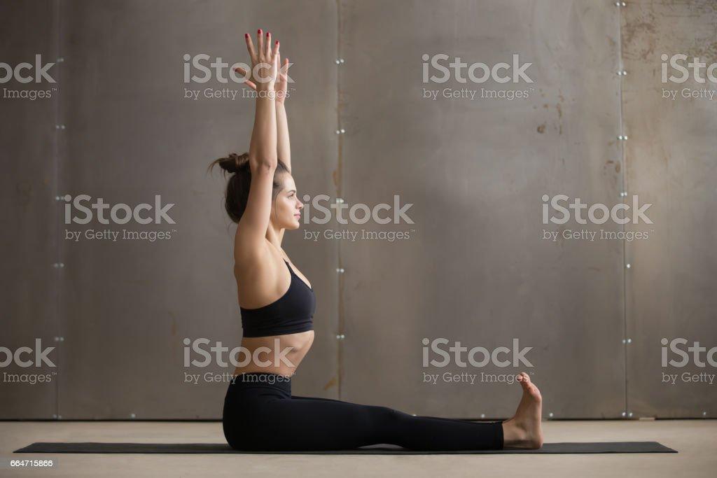 Junge attraktive Frau sitzt in Dandasana Pose, graue Studioba - Lizenzfrei Aerobic Stock-Foto