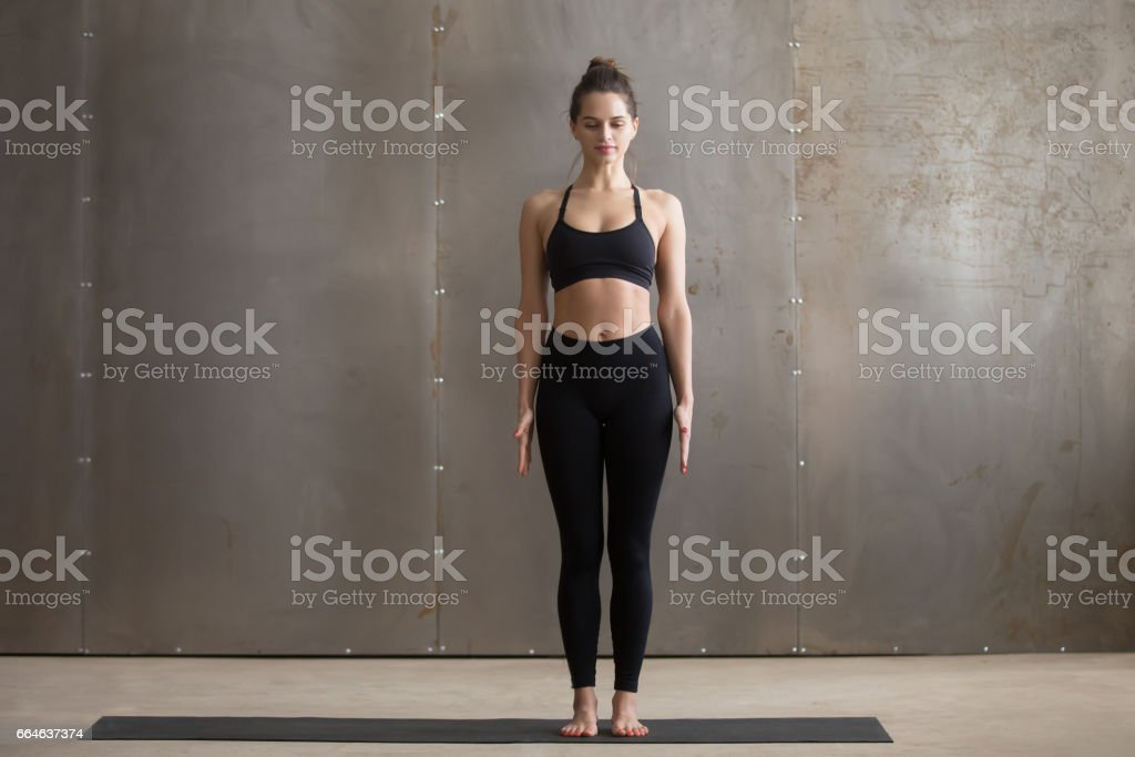 Junge attraktive Frau steht in Tadasana posiert, graue Studioba - Lizenzfrei Aerobic Stock-Foto