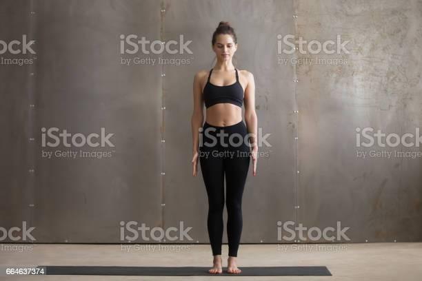 Junge Attraktive Frau Steht In Tadasana Posiert Graue Studioba Stockfoto und mehr Bilder von Aerobic