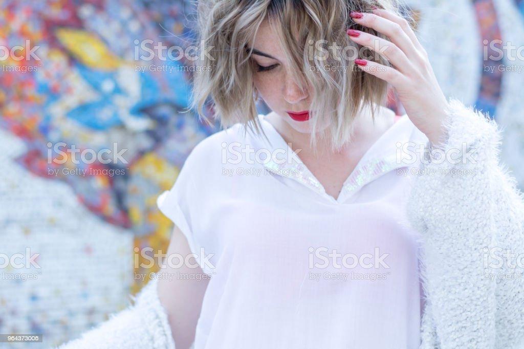 Jovem mulher atraente, com lábios vermelhos em roupas casuais brancas andando posando na rua - Foto de stock de Adulto royalty-free