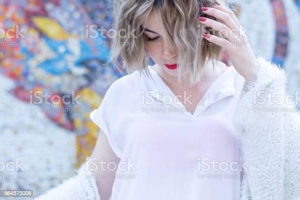 Foto de Jovem Mulher Atraente Com Lábios Vermelhos Em Roupas Casuais Brancas Andando Posando Na Rua e mais fotos de stock de Adulto