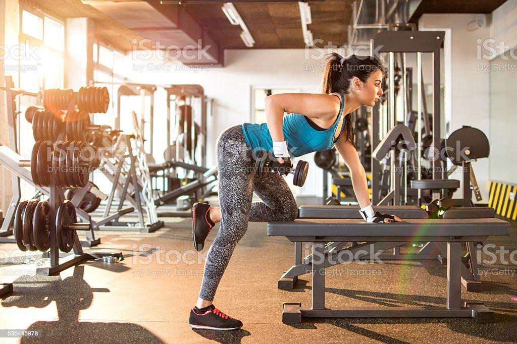 Joven atractiva mujer en el gimnasio. - foto de stock