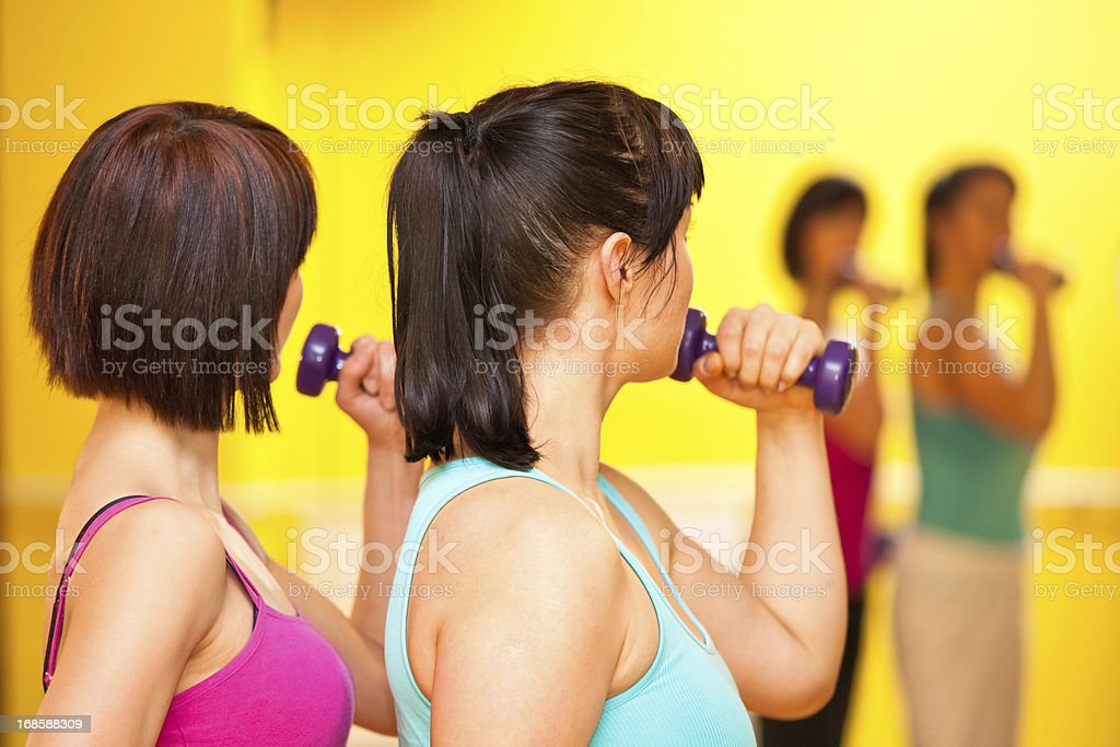 Junge Attraktive Frauen trainieren Sie im Fitness-Center – Foto
