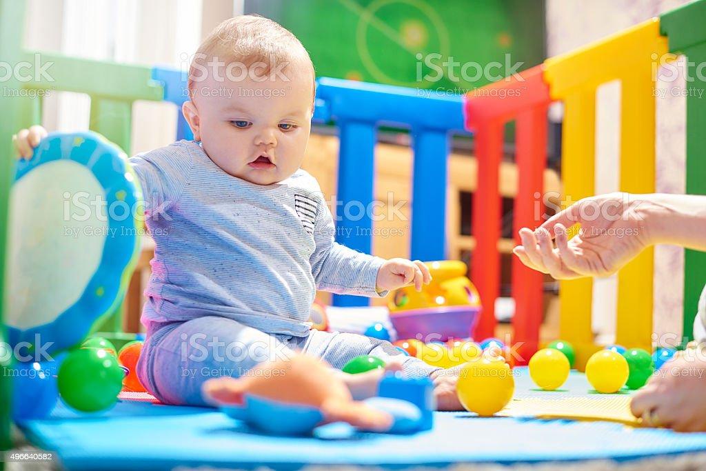 9c46deeaa3 Giovane bambino che gioca con i giocattoli in Box foto stock royalty-free