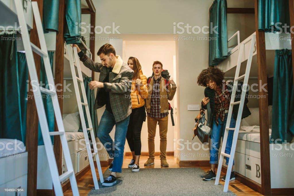 Jeunes voyageurs dans une auberge de jeunesse - Photo