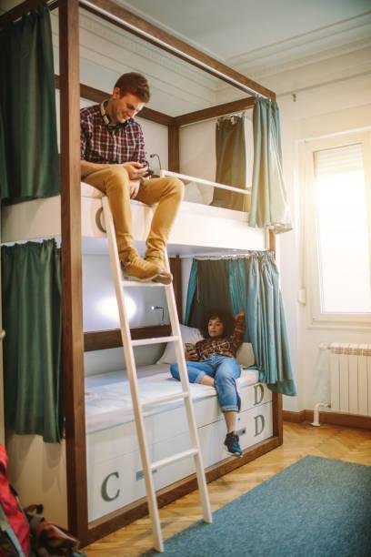 junge backpacker hostel - etagenbett weiss stock-fotos und bilder