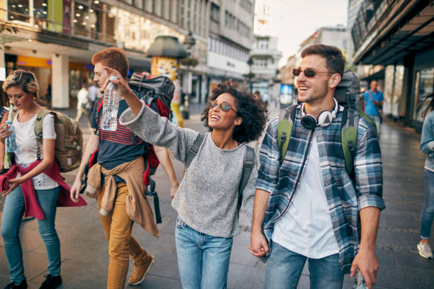 junge rucksacktouristen in der stadt - städtetrip stock-fotos und bilder