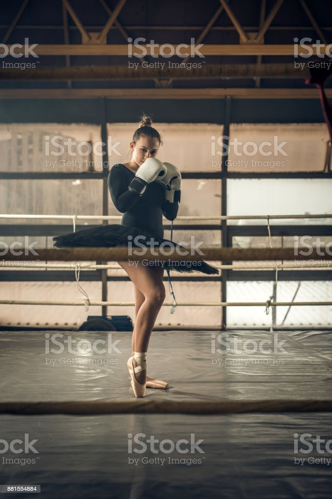 f13efdd0c Foto de Jovem Bailarina Com Luvas De Boxe Em Pé Em Posição De ...