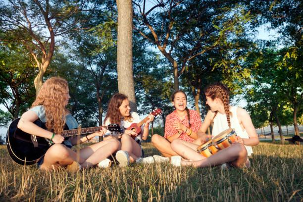 young-band auf den park - ukulele songs stock-fotos und bilder