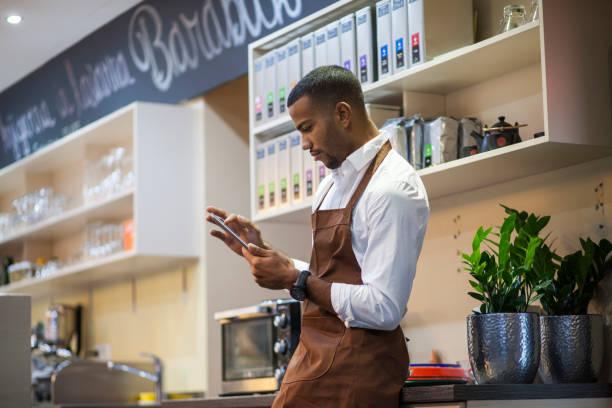 Junger Barbesitzer mit digitalem Tablet – Foto