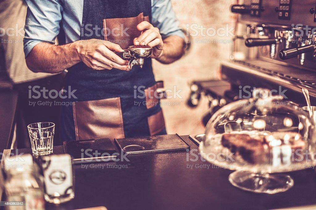 Young barista está haciendo un café - foto de stock