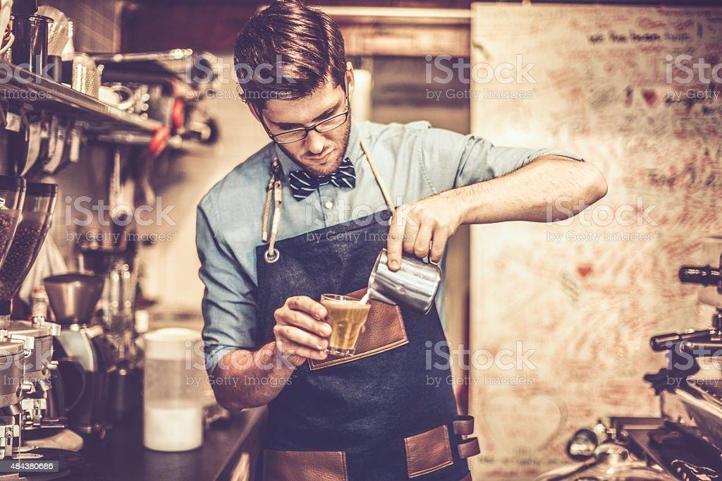 Giovane barista sta facendo un caffè - foto stock