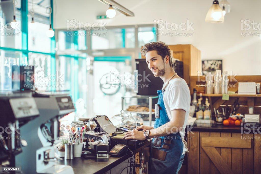 Junge barista arbeitet in einem café - Lizenzfrei 2017 Stock-Foto