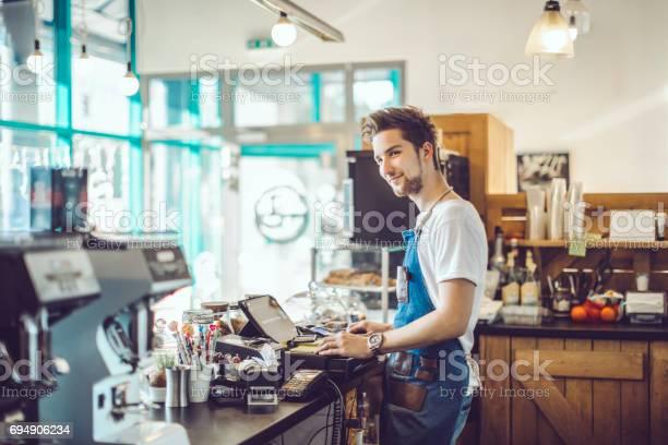 Junge Barista Arbeitet In Einem Café Stockfoto und mehr Bilder von 2017