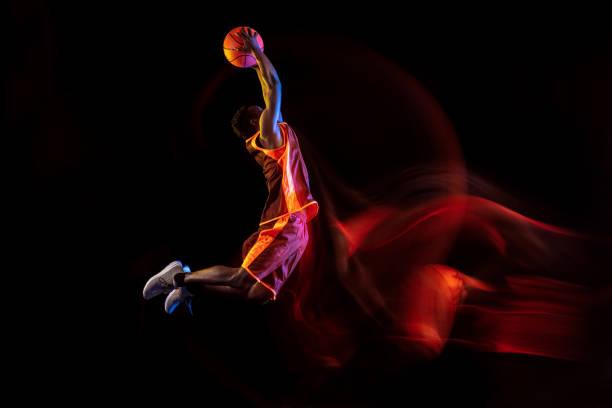 Junge Basketballerin vor dunklem Hintergrund – Foto
