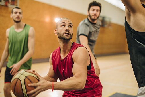Jonge Basketbalspeler Dribbelen Van Zijn Tegenstanders Tijdens Het Spel Stockfoto en meer beelden van Aanvallen - Sporten