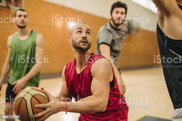 Unga Basketspelare Dribblingar Hans Motståndare Under Spelet-foton och fler bilder på Aktiv livsstil