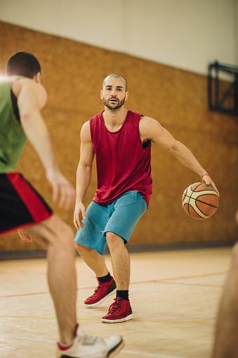 Jonge Basketbalspeler In Overtreding Krijgen Tijdens De Match Stockfoto en meer beelden van Aanvallen - Sporten