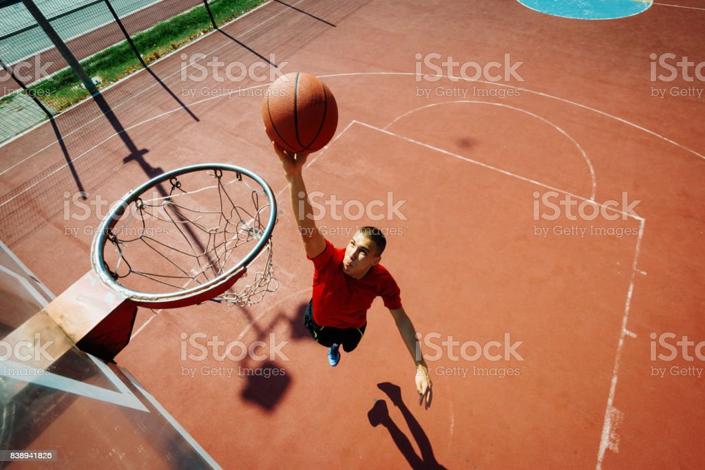 Junge Basketballer in Slam Dunk Lage – Foto