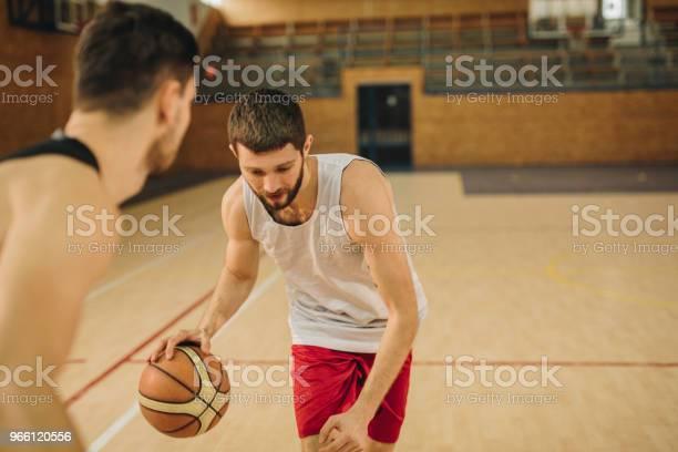 Unga Basketspelare Ledande Bollen Under Matchen-foton och fler bilder på Aktiv livsstil