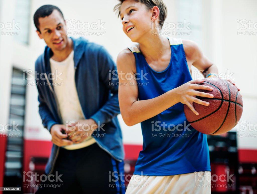 Jungen Basketball Spieler schießen – Foto