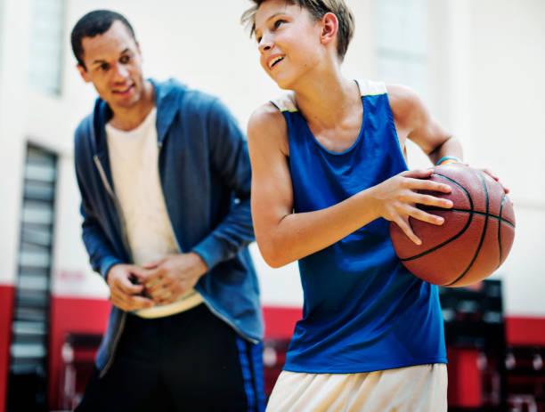 Fotos de jogador de basquete jovem - foto de acervo