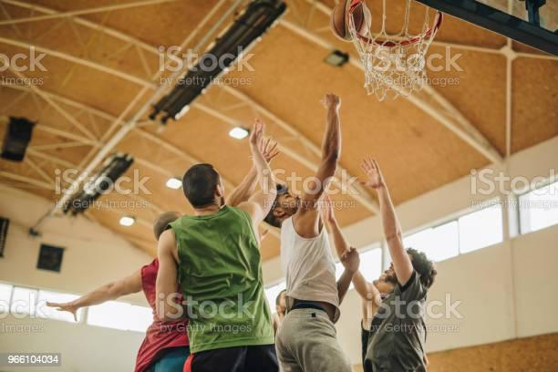 Unga Basketspelare Under Sport Match I Skolans Gymnastiksal-foton och fler bilder på Afroamerikanskt ursprung