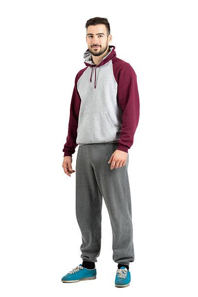 junger bärtiger mann im sport casual kleidung blick in die kamera - sweatpants stock-fotos und bilder