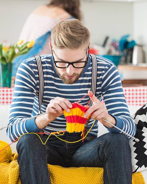 giovane uomo barbuto maglia - lavorare a maglia foto e immagini stock